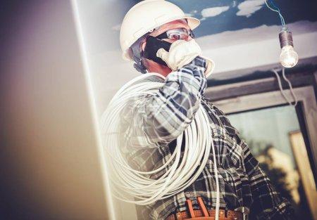 Photo pour Entrepreneur électrique Job. Électricien professionnel faisant conversation téléphonique avec l'investisseur . - image libre de droit
