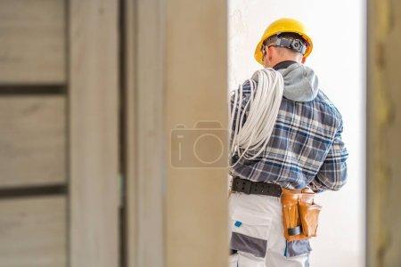 Foto de Instalador de sistemas eléctricos. Técnico eléctrico caucásico en el trabajo. - Imagen libre de derechos
