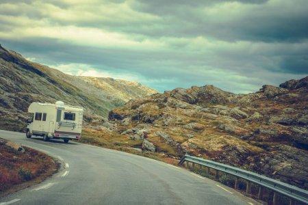Photo pour Camper sur la Route panoramique. Paysage rocheux paysage scandinave. Voyage sur la route de véhicules récréatifs. - image libre de droit