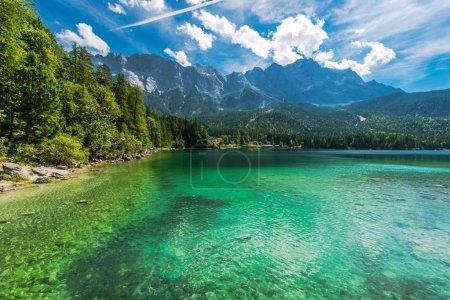 Photo pour Bavarian Lake Eibsee, Allemagne, Europe. Photo panoramique. Paysage de montagne pittoresque . - image libre de droit