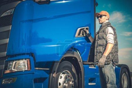 Foto de Transporte de carga de camiones semi. Controlador de caucásico y el vehículo moderno. Industria del transporte. - Imagen libre de derechos