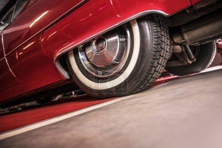 Photo pour Voiture classique arrière essieu Air Suspension agrandi. Industrie automobile. - image libre de droit