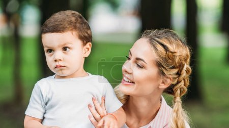 gros plan portrait de mère heureuse avec fils au parc