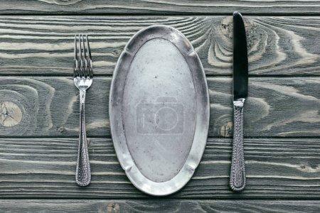 Photo pour Plateau en argent avec couverts sur table en bois - image libre de droit