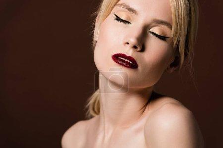 Photo pour Portrait de sensuelle fille blonde nue, posant avec les yeux fermés isolés sur brown - image libre de droit