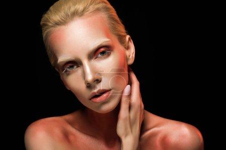 Foto de Mujer atractiva con maquillaje de moda, aislado en negro - Imagen libre de derechos