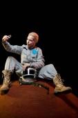 """Постер, картина, фотообои """"космонавт в скафандр с с учетом selfie на смартфоне на планете"""""""