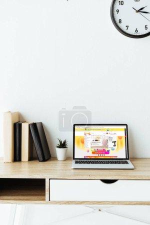 ordinateur portable avec site web aliexpress à l'écran sur le lieu de travail au bureau