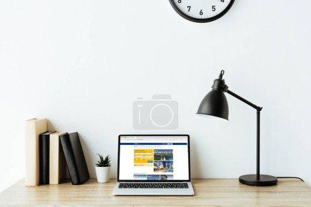 Photo pour Ordinateur portable avec le site de réservation à l'écran sur le Bureau de travail au bureau - image libre de droit