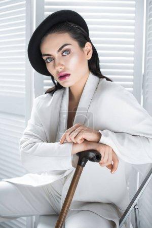 Photo pour Belle femme élégante en béret et blanc costume à la mode - image libre de droit