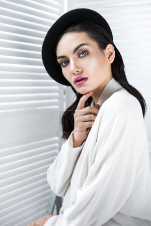 Photo pour Belle femme élégante veste style béret et blanc - image libre de droit