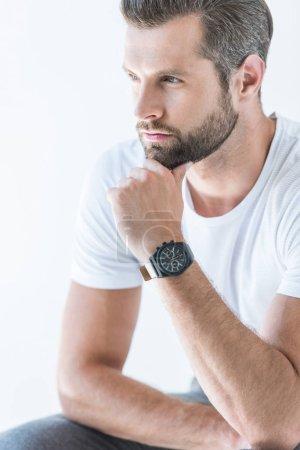Photo pour Homme cher barbu en t-shirt blanc avec montre-bracelet, isolé sur blanc - image libre de droit