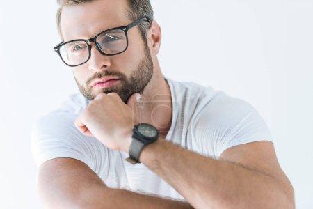 Photo pour Bel homme réfléchi dans les lunettes, isolé sur blanc - image libre de droit