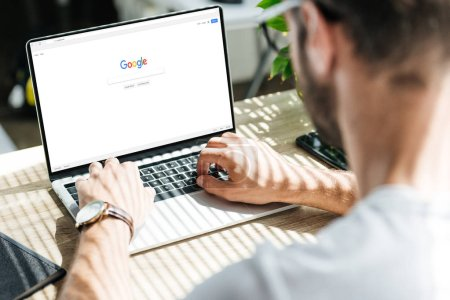 Photo pour Recadrée de l'homme à l'aide de portable avec google site Web sur l'écran - image libre de droit