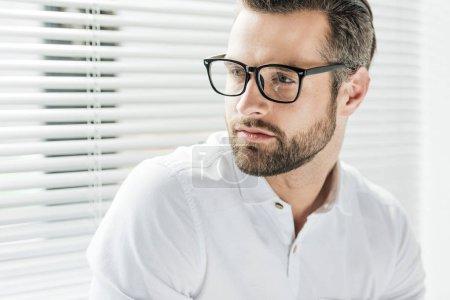 Photo pour Portrait de bel homme barbu à lunettes - image libre de droit