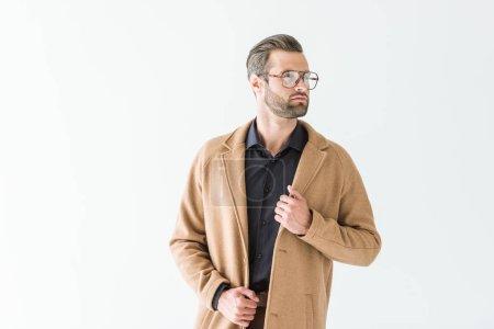 Photo pour Bel homme à la mode en manteau marron, isolé sur blanc - image libre de droit