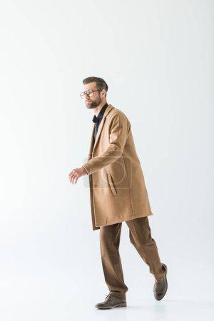 Photo pour Homme élégant brunet posant en tenue d'automne, isolé sur blanc - image libre de droit