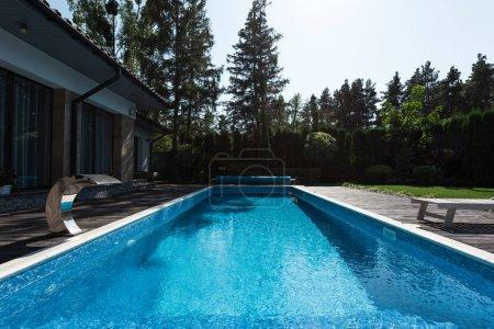 Photo pour Vue de maison moderne avec piscine bleue - image libre de droit