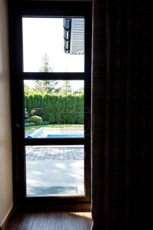 vue intérieure de la porte de verre moderne au jardin