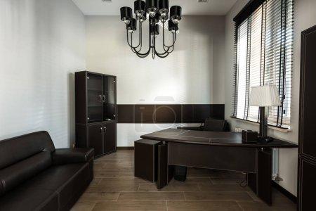 Photo pour Vue intérieure du Bureau à la maison avec canapé et table - image libre de droit