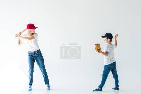 Photo pour Vue latérale du fils lançant la balle de baseball à la mère avec batte de baseball isolée sur blanc - image libre de droit