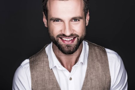 Foto de Retrato de hombre guapo sonriente mirando a cámara, aislada en gris - Imagen libre de derechos