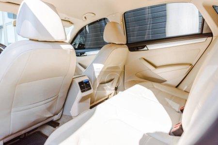 Foto de Interior piel beige nuevo vehículo con la luz solar - Imagen libre de derechos