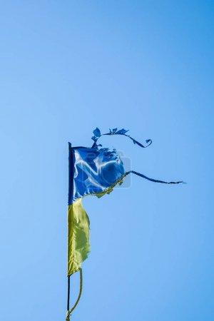 Photo pour Drapeau ukrainien minable, flottant dans le vent contre le ciel bleu - image libre de droit