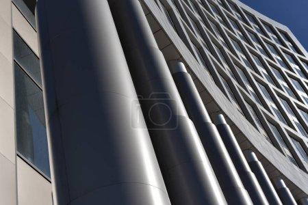 Metallsäulen des Gebäudes in Schwarz-Weiß abstrakt