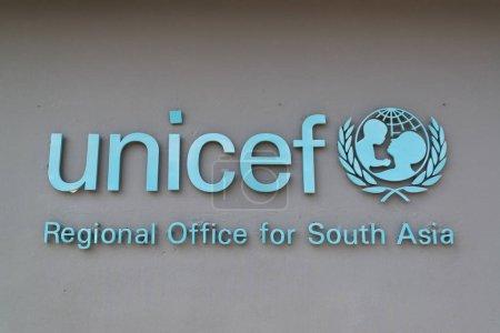 Photo pour Katmandou, Népal, vers 2017 : le logo de l'organisation Unicef sur le mur extérieur - image libre de droit