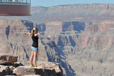 Foto de Gran Cañón, Arizona, Nosotros - 14 de mayo de 2012: Borde oeste del Gran Cañón. Mujer mirando a Canyon - Imagen libre de derechos