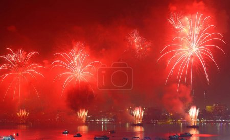 Photo pour Fireworks over Lake in pattaya thailand - image libre de droit