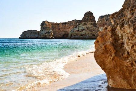 Photo pour Plage de rochers et de sable au Portugal, Côte Atlantique . - image libre de droit