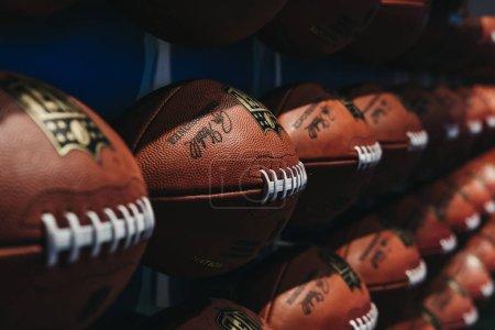 Photo pour NEW YORK, États-Unis - 28 MAI 2018 : Rangées de ballons de football américains en NFL Découvrez à Times Square, New York, une attraction d'action en direct unique en son genre, combinant jeux interactifs et théâtre 4D . - image libre de droit