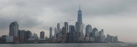 Photo pour Vue sur la rivière de New York skyline et attractions. New York est l'une des villes les plus visitées au monde . - image libre de droit