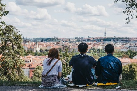 Photo pour Prague, République tchèque - 26 août 2018: gens profitant de la vue de Prague depuis la colline de Petrin, anciennement l'un des vignobles de King Charles et un endroit populaire pour les touristes et les habitants. - image libre de droit