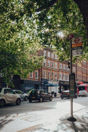 Photo pour Londres, Royaume-Uni - 02 juillet 2020 : Les voitures font la queue dans la circulation sur Hampstead High Street sous la pluie, mise au point sélective. Hampstead est un quartier résidentiel riche de Londres favorisé par les artistes et les personnalités des médias. - image libre de droit