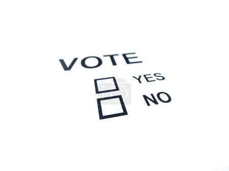 Photo pour Gros plan photo d'un bulletin de vote oui ou non générique isolé sur fond blanc, avec un espace ouvert et partiellement hors du foyer. - image libre de droit