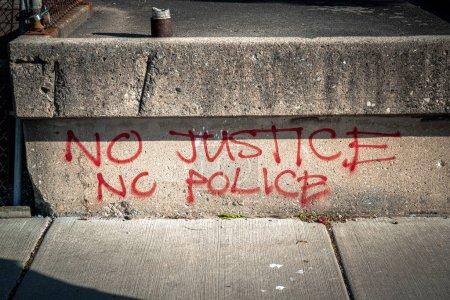 """Photo pour Chicago, IL - 11 juin 2020 : Quelqu'un a peint les mots """"NO Justice No Police"""" sur un mur le long d'un trottoir public lors de manifestations qui ont lieu à travers le pays et le monde pour Black Lives Matter . - image libre de droit"""