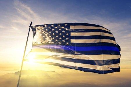 Foto de Azul materia vive estrellas americanas textil tela tela de la bandera ondeando en la niebla de la niebla de amanecer superior - Imagen libre de derechos