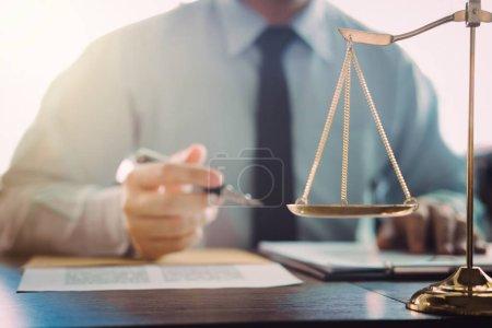 Photo pour Juge Gavel avec des avocats de la Justice, Homme d'affaires en costume ou avocat travaillant sur un document dans la salle d'audience. Droit juridique, conseil et concept de justice. - image libre de droit