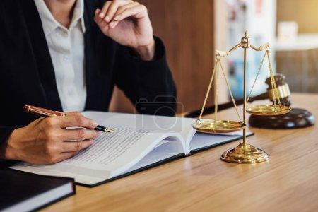 Photo pour Gavel sur table en bois et avocate ou juge travaillant avec accord dans le thème de la salle d'audience, concept Justice et droit . - image libre de droit