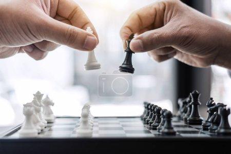 Photo pour La main de l'homme d'affaires jouant au jeu d'échecs à l'analyse de développement nouveau plan stratégique, chef de stratégie d'entreprise et concept de travail d'équipe pour gagner et réussir . - image libre de droit