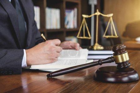 Photo pour Notion juridique, droit, de conseils et de justice, marteau de juge avec Justice avocats, conseiller en costume ou juriste sur un documents dans la salle d'audience. - image libre de droit