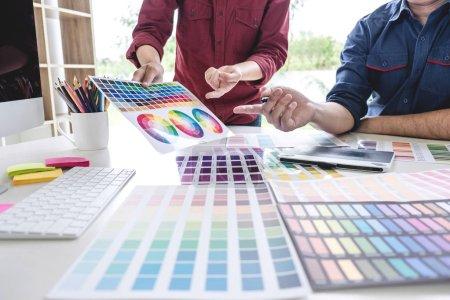 Photo pour Deux collègues créative graphique designer travail sur la sélection de la couleur et le dessin sur tablette graphique au lieu de travail. - image libre de droit