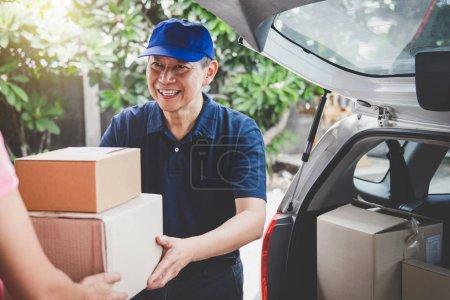 Photo pour Service de livraison à domicile et esprit de service de travail, main de client de femme recevant un colis de boîtes en carton de courrier de service de livraison . - image libre de droit