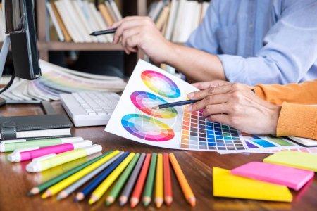 Photo pour Deux collègues graphiste créatif travaillant sur la sélection des couleurs et le dessin sur tablette graphique sur le lieu de travail. - image libre de droit