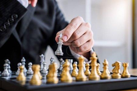 Photo pour Mains d'homme d'affaires confiant jouant au jeu d'échecs à l'analyse du développement nouveau plan stratégique, leader et concept de travail d'équipe pour gagner et réussir . - image libre de droit