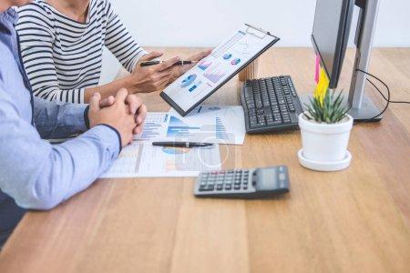 Photo pour Réunion de l'équipe d'affaires travaillant avec le nouveau projet de démarrage, les données de discussion et d'analyse les graphiques et les graphiques, l'utilisation de l'ordinateur, les finances de l'entreprise et le concept de comptabilité stratégique . - image libre de droit