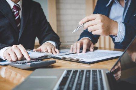 Photo pour Processus de travail d'équipe, l'équipe d'affaires sont la présentation du rapport de stratégie de plan de marketing analyse financière au document d'affaires pendant la réunion et de discuter . - image libre de droit